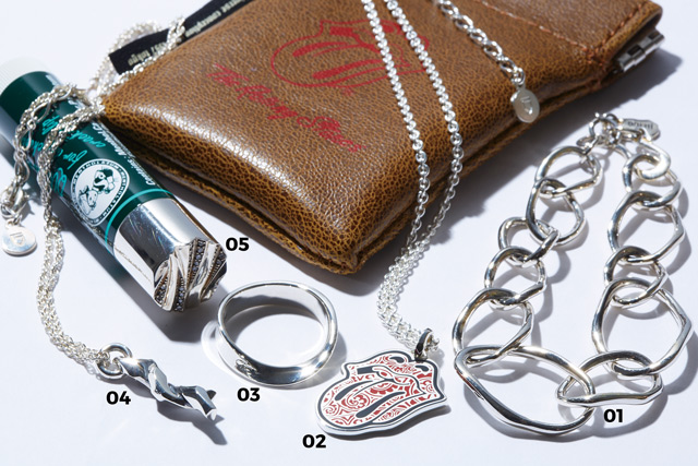 """01 「Grace Chain Bracelet  L」大きさの異なる3種類のキャストパーツで組み上げたブレスレット。¥56,160  02 「V.P Tongue&Lips Pendant」ザ・ローリング・ストーンズの舌マークをベースに、エポキシ樹脂でGARNI定番のVineパターンを表現した作品。¥28,080  03 「Loop Ring  L」メビウスの輪のようなねじれたデザインが特徴のリング。¥15,120  04 「Entwined Pendant」""""ねじり""""をテーマにしたGARNI独特の造形シリーズを踏襲するペンダント。¥22,680  05 「Denova LIPTOP w/dia」GARNIオリジナルのDenovaタッチを施したリップスティックトップにダイヤモンドをあしらったエレガントな逸品。¥56,160(すべてGARNI tokyo)/「コーディネイトや日常のシーンにさりげないインパクトを加える力を持ったアート性の高い作品です」"""