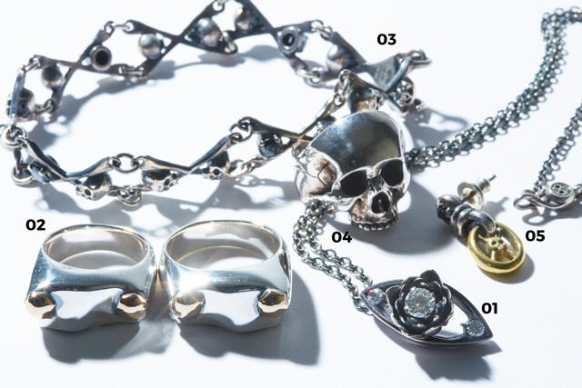 01 「LAKSHMI PENDANT」蓮の花をイメージした繊細なペンダントヘッドに3石のCZがきらめきを宿す。¥41,040  02 「KRB RING」ナックルヘッドの象徴、ロッカーカバーを再 現した武骨なリング。Front、Rear各¥41,040  03 「CAVE RINHA BRACELET」細密に作り込まれたスカルが連なるブレスレットは、男の逞しい腕元によく似合う。¥41,040  04 「LPS RING」アウトジョースカルをモチーフにしたリアリティ溢れる造型のリング。¥29,1600  05 「PIRATES LINK EARRING」円形のトップにクロスボーンを配したピアス。動くたびにトップが揺れる。¥14,040(すべてBLACK SIGN TOKYO)/「スカルモチーフは世の中にいくつもありますが、派手すぎず絶妙なバランスが誰にでも身に着けやすいと思います」