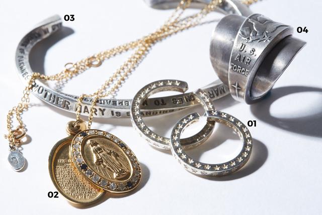 """01 「Star Stamped Ring」全面にスターを刻印したフリータイプのシルバーリング。燻しをしないクリーン仕上げ。各¥9,180  02 「K10 Maria Locket Necklace with Dia&Black Dia」K10製トップには聖母マリアのレリーフ。その周囲をダイヤ&ブラックダイヤが彩る。ロケット内部には聖書の一部を記している。¥221,400  03 「Stamped&Twist Bangle Thick 」LET IT BEの歌詞をうねるように二面に手打ちしたツイストバングル。¥24,840  04 「U.S. AIR FORCE RING」USエアフォースのノベルティーのスプーンを使用したカバードリング。男らしさに溢れるボリューム感だ。¥6,480(すべてamp japan k.k. )/「""""魂が喜ぶプロダクション""""を念頭に製作しています。アンファッショナブルなアイテムが持つ普遍的な魅力を味わってほしいですね」"""