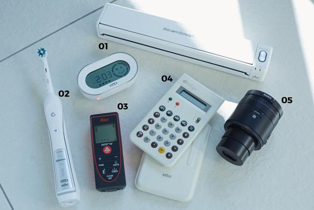 01 Scan Snap iX100「ポータブル型の小型スキャナー。Wifiでデータを飛ばしてスマホで見ることも可能です」  02 BRAUN Oral Bプラチナホワイト「IoTを象徴するアイテム。Bluetoothでスマホアプリと連動し、歯磨きのデータを分析してくれます」  03 Leica DISTO D2「ライカのレーザー距離計。家具のサイズやギャラリーの広さを測るのに活用」  04 BRAUN ET66「BRAUNの名作ですが、こちらは20年前に限定販売されたホワイトモデル。かなりのプレミアがついています」  05 SONY Cyber shot DSC QX10「スマホをモニター代わりにして操作できるレンズカメラ。持ち運びしやすいし、画質もいい」