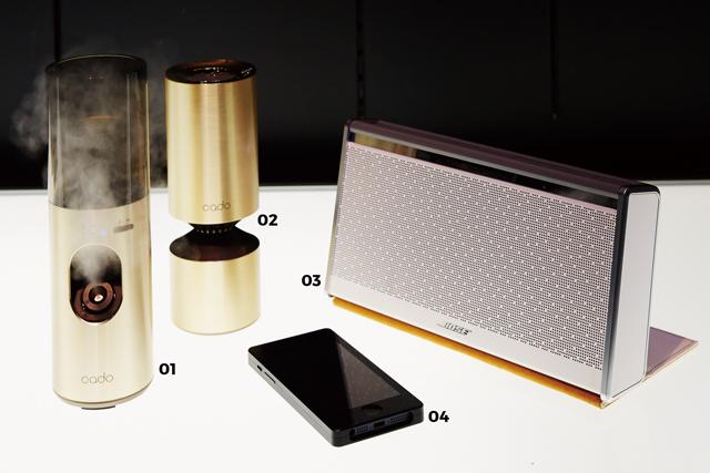 01 cado MH C10U「ぼくがデザインしたカドーの加湿器です。海外出張の際、ホテルや乗り物の中で使えるポータブルな加湿器が欲しくて作りました」  02 cado MP C10「車載にも最適なカドーの空気清浄機。アルミの削り出しの質感が好きなので、いろいろな製品に採用しています」  03 BOSE SoundLink II「カタログ撮影の際などにスタジオで、大音量で鳴らしています。音質もデザインも最高」  04 Original iPhone Case「自分でデザインしたiPhoneケース。試作品なので世の中に3台しかありません。ゴリラガラスを削り出しのアルミで挟み、ボディを完全に覆うことで、まったくiPhoneに見えないルックスに」