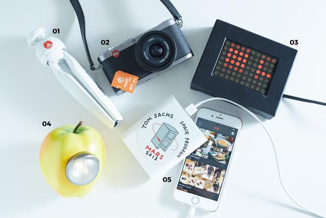 01 Manfrotto PIXI「軽くて丈夫だし、安定感もあるマンフロットのミニ三脚。暗いところで静物を撮影するのに便利」  02 Leica X1「後継機も出ていますが、手軽さとボケ感が好きでこれを飽きずに使い続けています。eyefiのSDカードでiPhoneにデータを飛ばして使っています」  03 Jenny Holzer Mini LED Sign「大好きなアーティスト、ジェニー・ホルツァーの作品。電光掲示板にメッセージが流れます」  04 BOOKMARC×UNDERCOVER GILAPPLE「アンダーカバーの定番アイテムですが、マーク・ジェイコブスっぽいテイストに惹かれて購入しました」  05 cheero Power Plus 3「iPhoneを6回充電できるモバイルバッテリー。トム・サックスのステッカーを貼っています」