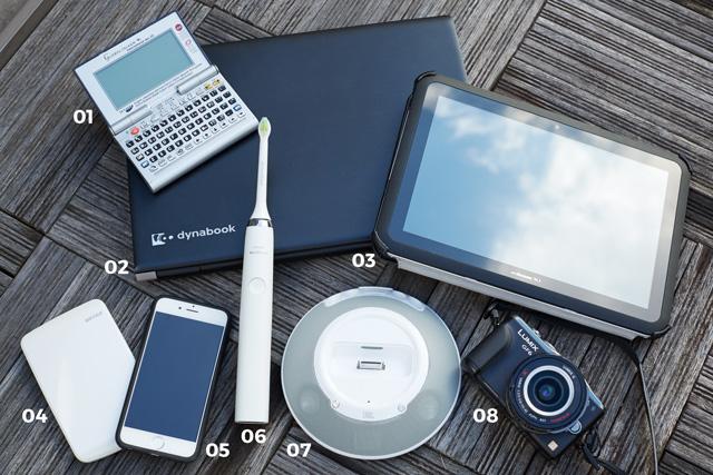 01 GLOBAL TALKER「世界一周の旅に出る前に空港で買った電子辞書。海外旅行の必需品」  02 dynabook「PCは完全にWindows派。タフなので旅先にも持って行けます」  03 docomo Xi「防水なのでお風呂でテレビを観ることもできます」  04 BUFFALO HD「海外でのデータのバックアップに使います」05 i Phone6「魔が差して初めて買いました」  06 PHILIPS sonicare「歯磨きが趣味の私には必須のアイテム」  07 JBL On StageⅢ「キャンピングカーで日本を回っていた時、山の中や海際で音楽を聴きながらお酒を飲む時間は最高でした」  08 LUMIX GF6「仕事でも普段使いでも活躍。次の旅に備えて後継のGF7を予約済みです」