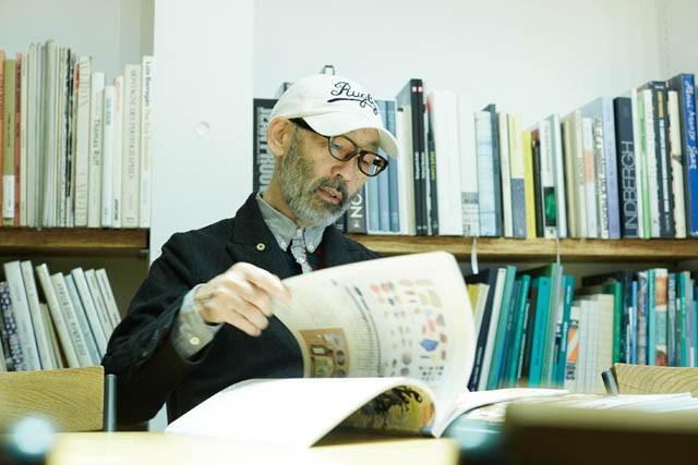 雑誌を読む藤本やすし氏