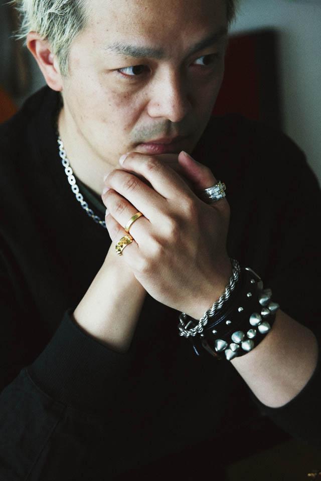 柳内 恵一郎の纏うジュエリー 左手小指 ETHOS 14K スタッズリング ¥172,800(4K)  左手親指 ETHOS JLリング¥28,080(4K) 左手首 母から貰ったSilver 925のブレスレット、 BOUNTY HUNTERのリストバンド、オリジナルカスタムのスタッズリストバンド  ネックレス 母から貰ったCartier