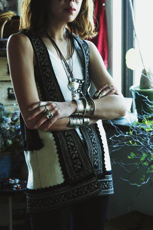 内田文郁の纏うジュエリー 左手人差し指 '60s ナバホ族のメキシコシルバーリング  左手中指 19世紀のトゥアレグ族リング  左手薬指 '60s 黒真珠メキシコシルバーリング  左手首 '60s シルバーバングル(左) TAKAHIROMIYASHITATheSoloIst.×CODY SANDERSONのバングル(右)  右手人差し指 HERMESのホースヘッドリング  右手中指 FUMIKA UCHIDAの間接リング  右手首 ともにFUMIKA UCHIDAのシルバーバングル