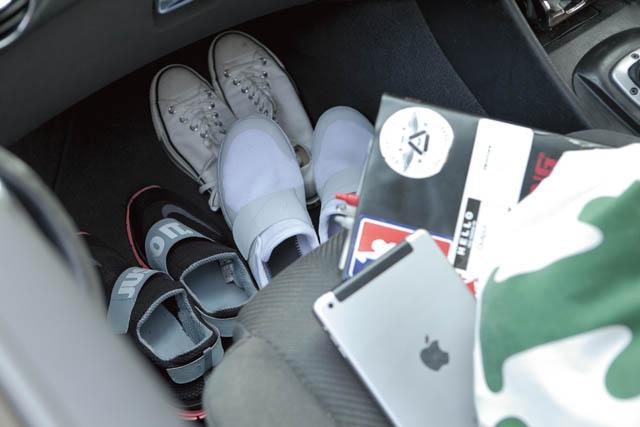 02.助手席の足元には、換えのシューズを常時2〜3足は用意。iPadとシステム手帳は仕事のマスト。
