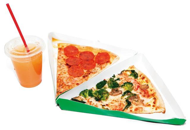 "SbarroのNYスタイルピザ""ペパロニ"" &ピンクグレープフルーツジュース"