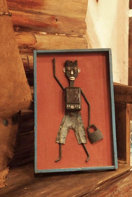 アフリカ・ゴレ島の道端で 売っていたリサイクルアート