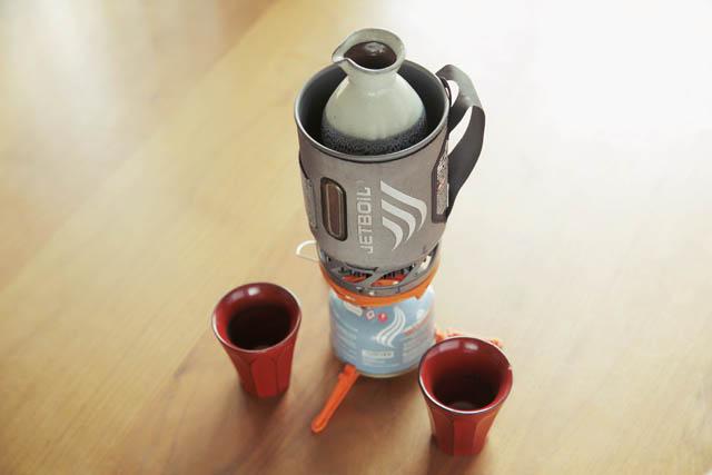 ET BOILのSOLは保温クッカーと熱効率の高いストーブのセット。岡部さんは熱燗用にアレンジ。