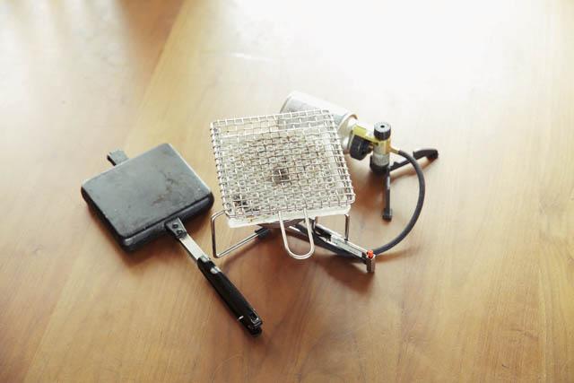 SOTOのシングルバーナー、ST301とBOWLOOのホットサンドクッカーは簡単な焼き物などを作る時に使用