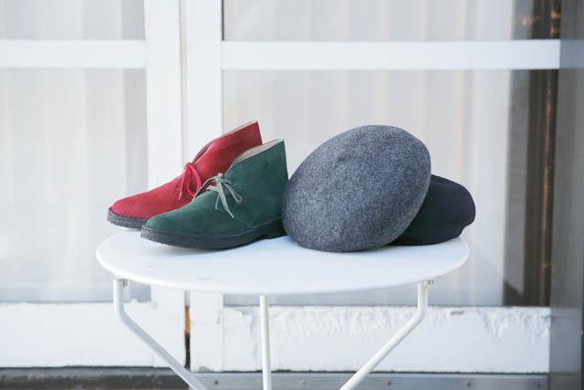 ベレー帽は2色展開(各¥10,500)。人気のチャッカブーツにもニューカラーが登場(各¥21,000)