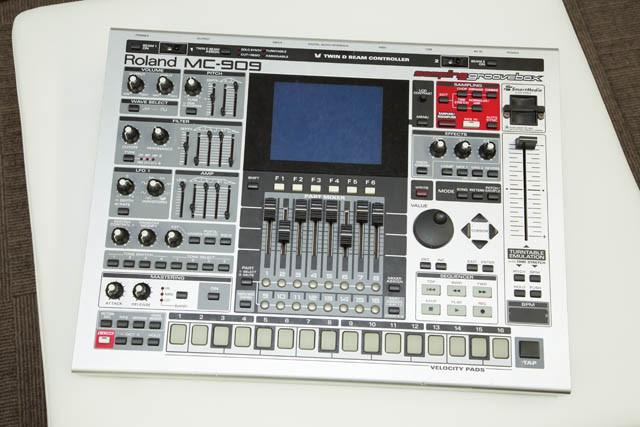 Roland オールインワン・ グルーヴマシン(MC 909)