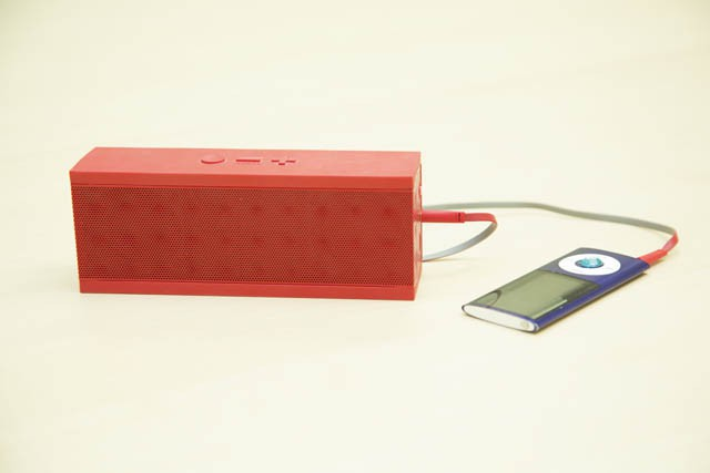 (右)Apple iPod nano (左)JAWBONE ポータブルスピーカー(JAMBOX)
