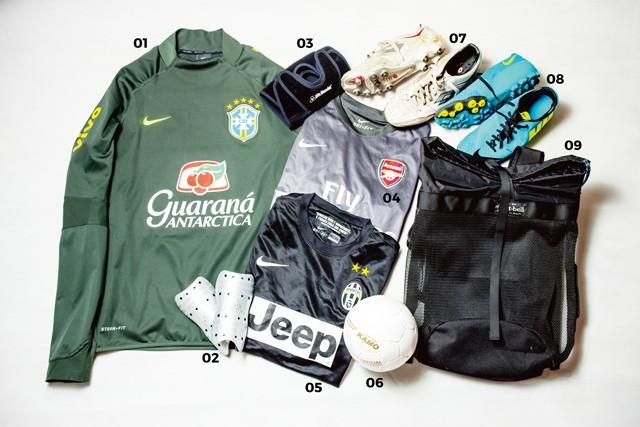 01.NIKE ブラジル代表のゲームシャツの2014モデル。デザインが気に入って購入したそう 02.adidas シンガードは定番のadidas 03.McDavid 膝を怪我して以来、サッカーだけでなく、スポーツに必須となったサポーター 04.NIKE アーセナルのゲームシャツはアウェイデザイン 05.NIKE ユベントスのゲームシャツも同じくアウェイ 06.KAMO 「下手な分、ボール触る時間を増やそうと買いました(笑)」というミニボールは暇な時間に使用するのだとか  07.LOTTO 「足下はこれが一番しっくりくるんですよね」と話すサッカー用スパイク 08.NIKE フットサル用に昨年購入したという人工芝用シューズ、Bomba FinaleⅡ。オールコンディションズ コントロール素材を採用した1足 09.mont bell 汗や泥などを考慮して、メッシュ仕様のバッグを愛用しているそう