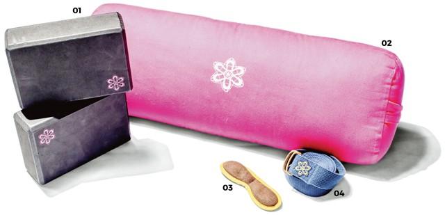 05 108 113 2201.samavsm さまざまなポーズをとる際に補助として使用するブロック 02.samavsm 同じくサポート用のボルスター。「家では足を高くして寝たい時にも使用しています。妊婦さんはシムスクッションとして代用できますよ」 03.samavsm ヨガの休憩で屍のポーズをとる際に使用するアイピロー 04.samavsm 足の固定をはじめ用途の多いヨガベルト