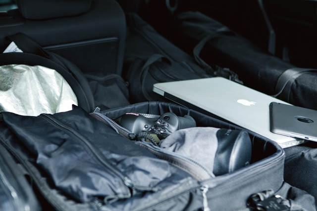 トランク部分は常に機材で溢れている。カメラのメイン、サブ機ほか、PC、iPad miniも必需品。