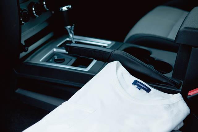 撮影の映り込みを考慮して、白&黒のTシャツは常に車載しているそう。写真はHORDENのポケットTシャツで数枚ストック中