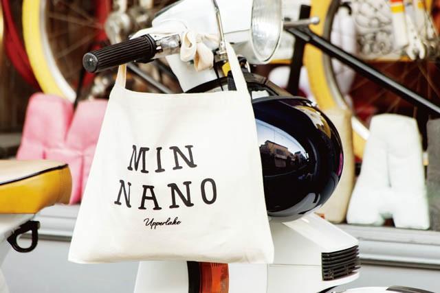 バイク移動に欠かせないショルダートートは、MIN NANOのオリジナル(¥2,500)。NEIGH BORHOODのヘルメットは、N.Y.ヤンキースのヘルメットカラーにペイント。