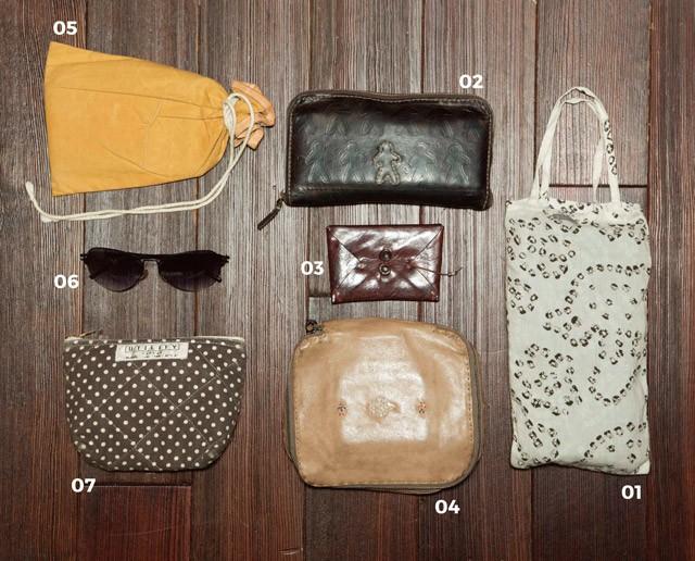 01 N.Y.で購入したmattaのストールを常備。 02,03,04  NHENRY BEGU ELINの財布・名刺入れ・ポーチ。ハンドクラフトの質感が気に入って、それぞれ3〜5年愛用中。 05 パラフィン加工を施した帆布を用いたfourruofのポーチには通帳などをイン。 06 ic! Berlinのサングラスは夏場の必需品。 07 UTILITYのポーチには細々したガジェット類を