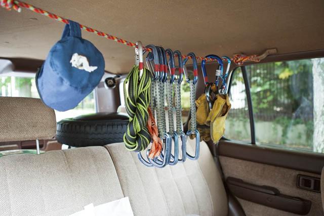 リアシートには、特に使用頻度と重要性が高いギアをカラビナで吊るして保管。