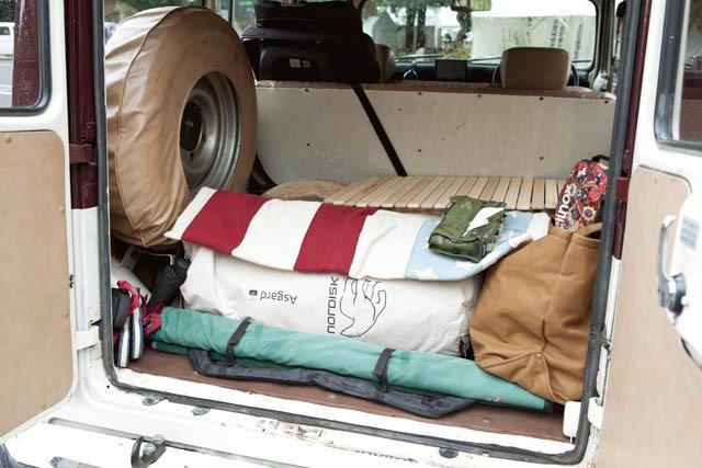 広めのラゲッジには、テントやコット、テーブルなど、必要最低限のキャンプ道具が。