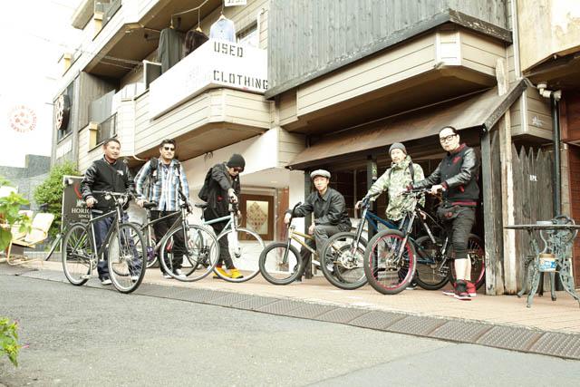 右からHIKARU、TOKU、MOTO、TAKA5HI、HI LO、TAKA
