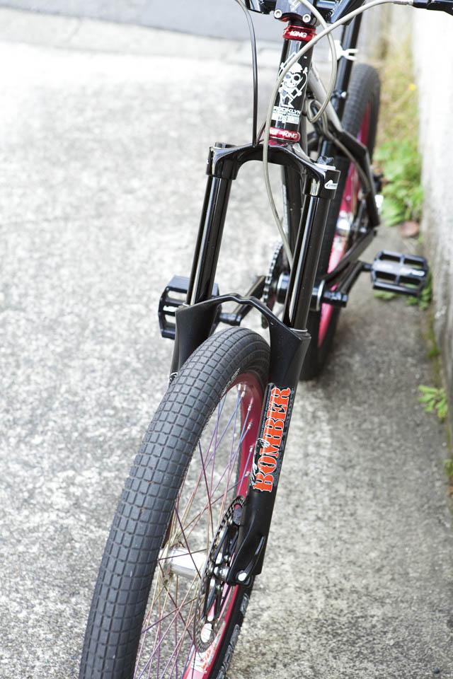 6ポットキャリパーのディスクブレーキは、自転車にはあきらかにオーバースペック。だけど、そこが良い。
