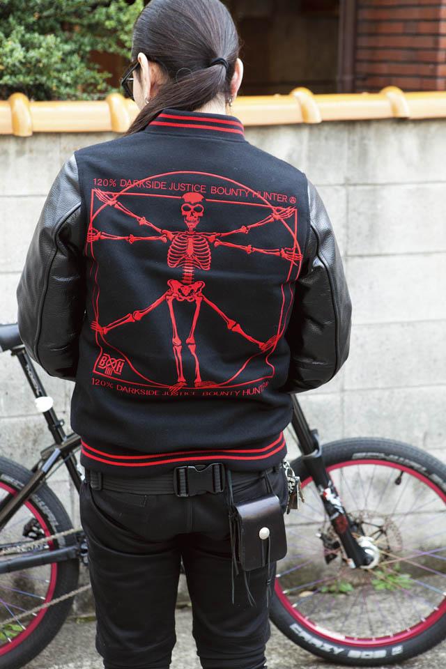 今季BOUNTY HUNTERのスタジャン。黒×赤の色使いは、このバイクに合わせた仕様