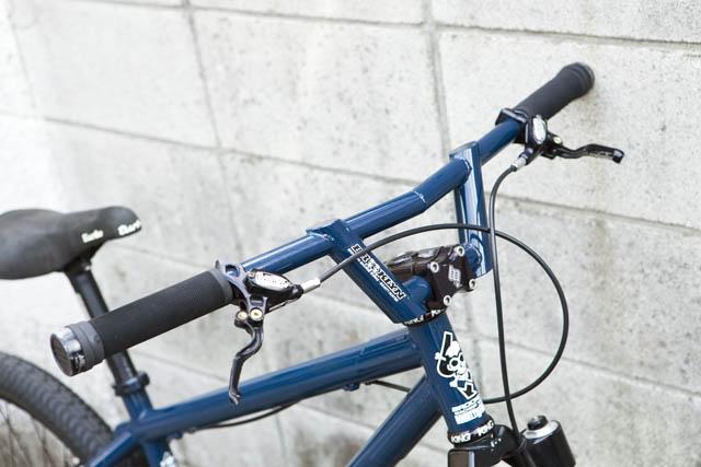 ハンドルには、あのドイツの車メーカーBMWが、かつてダウンヒルバイク向けに生産していたDOCS BARをセレクト。