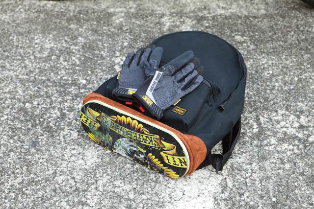 使い古したスケートデッキを底に配した、FAT×ポーターのデイパック。グローブは定番のメカニック社製