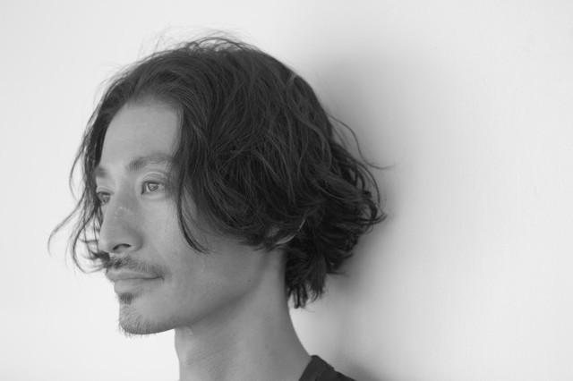 メンズ髪型:センターパート モデル